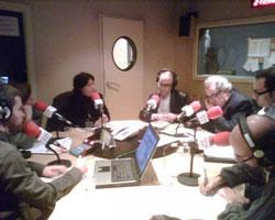 Tertúlia a Mataró Ràdio. En primer terme, Joan Salicrú (esquerra) i Joan Jubany (dreta).