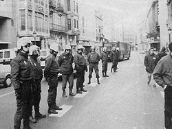 Policia d'ocupació espanyola durant la vaga general a Barcelona. 27 gener 1994.